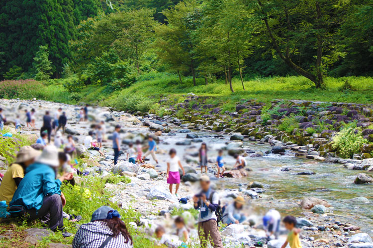瀬波川キャンプ場で川遊び