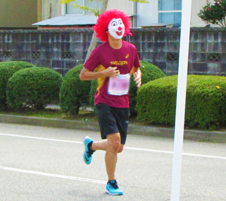 ピエロ?金沢マラソンコスプレランナー