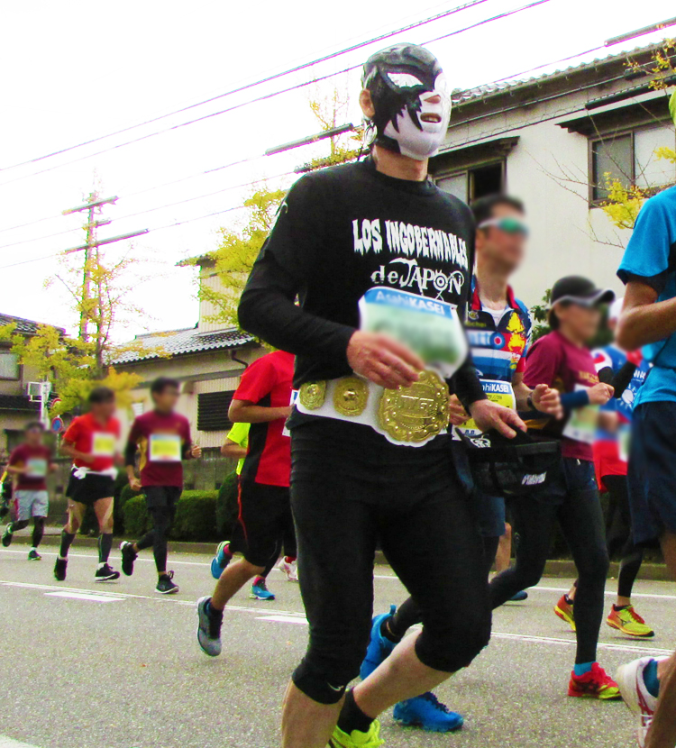 覆面金沢マラソンコスプレランナー