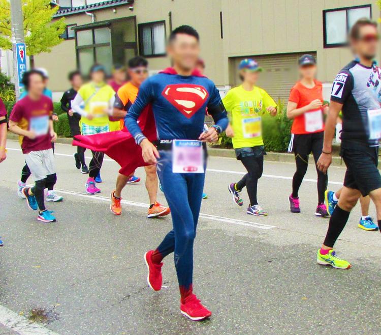 スーパーマン金沢マラソンコスプレランナー