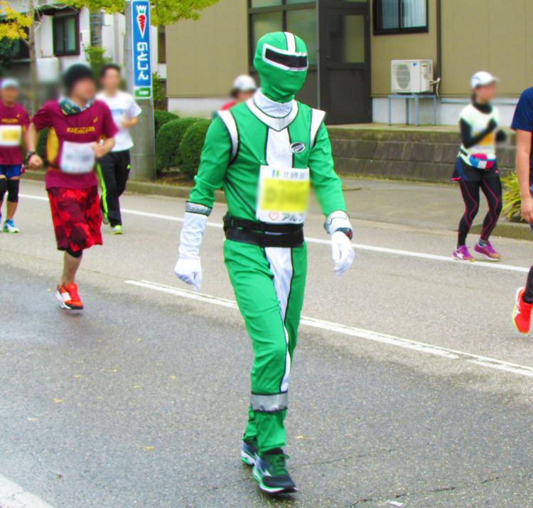 レンジャー?金沢マラソンコスプレランナー