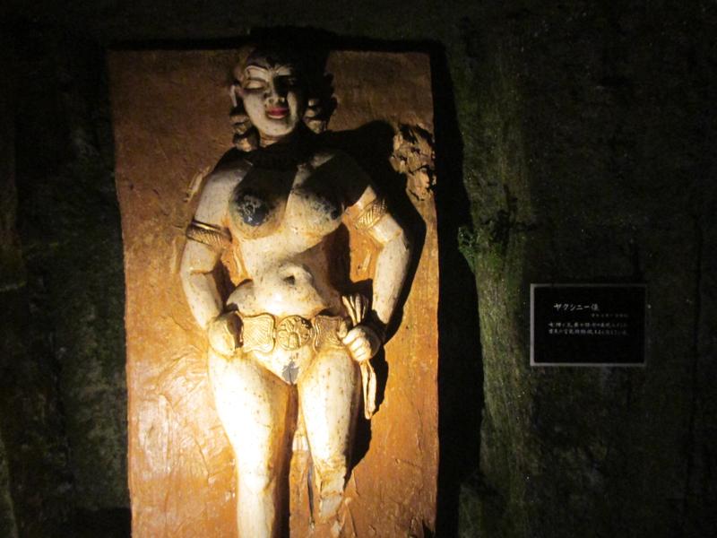 ハニベ巌窟院のヤクシニー像